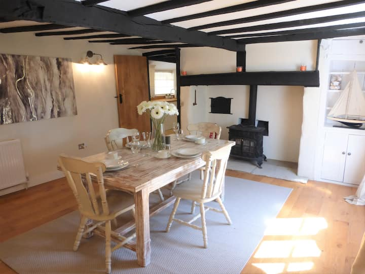 Beautiful Thatched Cottage in Lovely Village