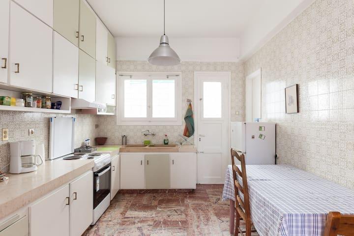 Quiet room/private bath. Large, overlooking garden - Athènes - Bed & Breakfast