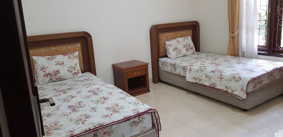 Foto kamar villa dengan dua tempat tidur