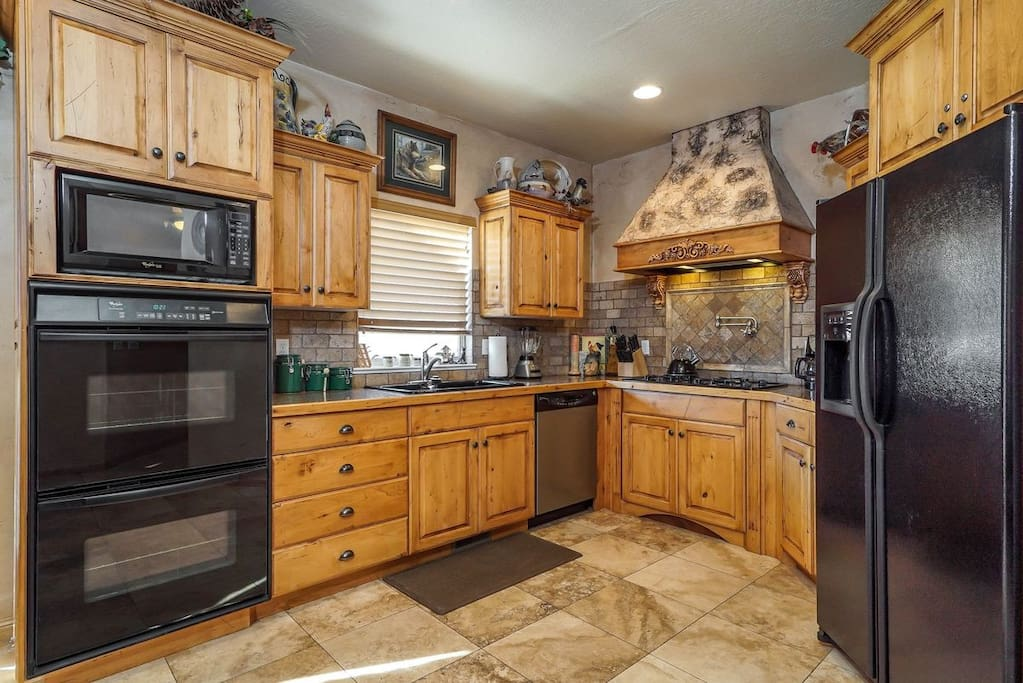 Gourmet Kitchen/Fully Stocked with double ovens