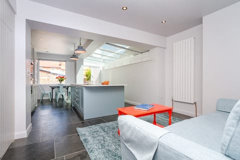 Cardiff city centre home with free parking