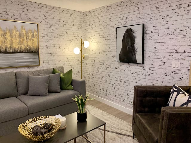 Elegant Private Suite Close to downtown Calgary!