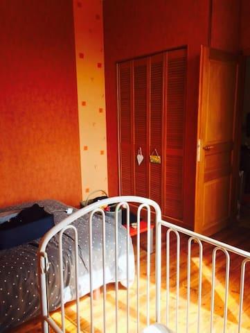 Chambre orange aux portes d'Angoulême