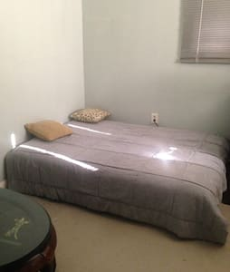 Room with 1 full size bed - South Gate - Lejlighed