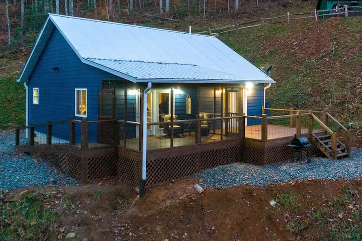 "New ""Deer Lodge"" cabin with loft & gameroom"