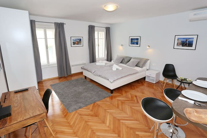 Old Town Studio Apartment ELEGANZA