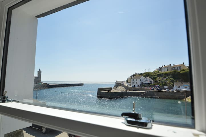 Wavecrest - apartment with harbour and sea views