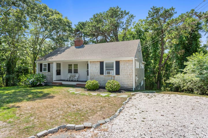 Classic Chatham Cottage close to beaches!