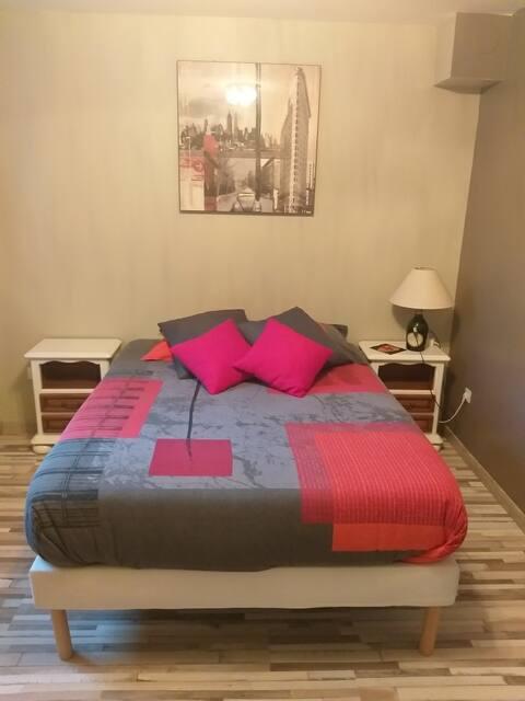 A la bonne franquette .   Deux agréables chambres d'hôtes indépendantes dans une maison à la campagne. Dans la Beauce des blés, au calme et proche des grands axes et lieux touristiques.  Bonne humeur, convivialité et simplicité vous trouverez