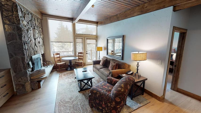 Delightful One Bedroom w/ Epic Mountain Views
