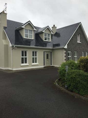 Located 4km to Galway Racecourse..