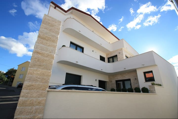 Modern studio apartment,centrally located in Selce