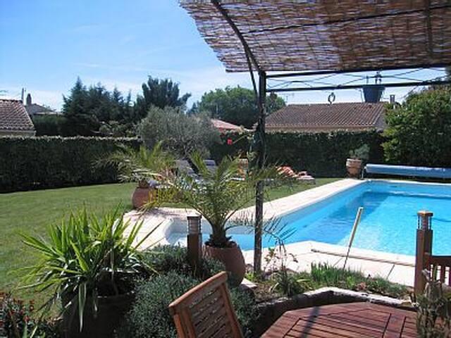 Villa entre Nîmes et Arles: piscine,jacuzzi,sauna! - Bellegarde - Rumah