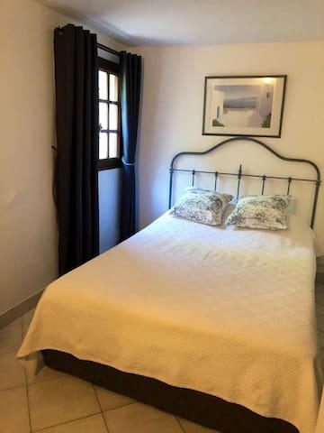 Chambre avec lit de 140 cm