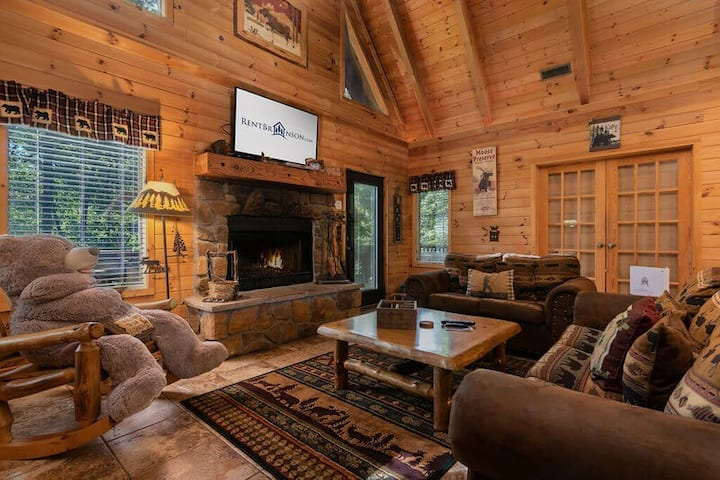 Great Location, Premium Log Cabin Vacation Experience, HotTub,Jet tubs, Firepit