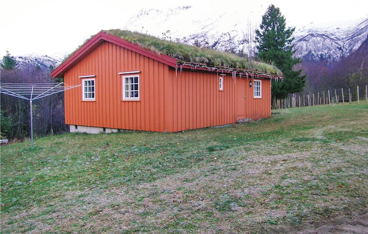 Holiday cottage with 3 bedrooms on 60m² in Eresfjord