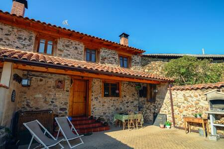 Cozy Cottage in Benllera with Jacuzzi