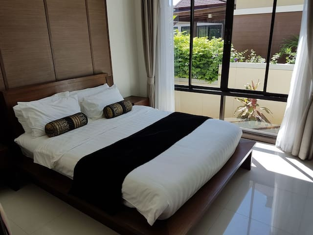 Second double bedroom with garden view