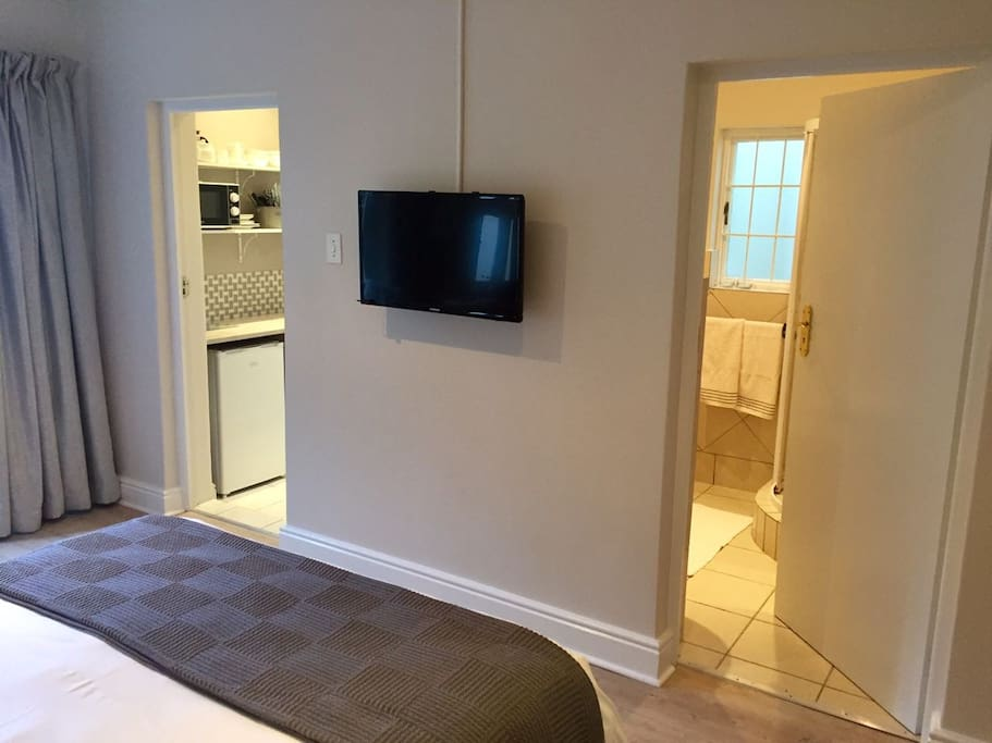 Cable TV, Kitchenette and gorgeous en-suite bath and shower