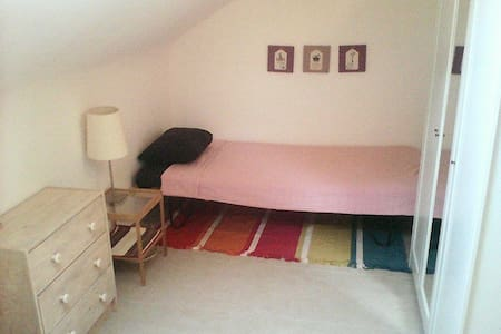 Single/Double Room close to Charleroi Airport - Leilighet