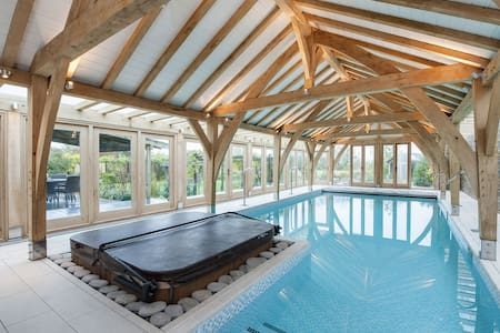 Luxury barn conversion with spa facilities and an indoor pool - บริสตอล