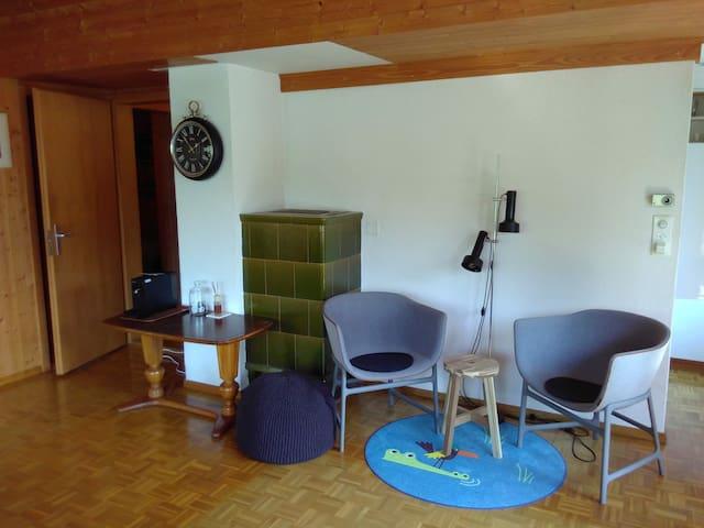 Leseecke in der Stube neben dem Ofen / Reading corner in the living room next to the tile stove