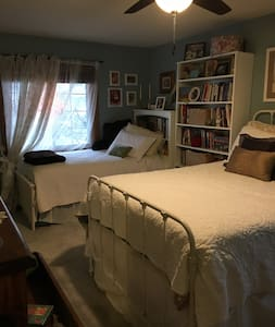 NEW! Neat, clean and comfortable bed and bath - Urbandale - Ev