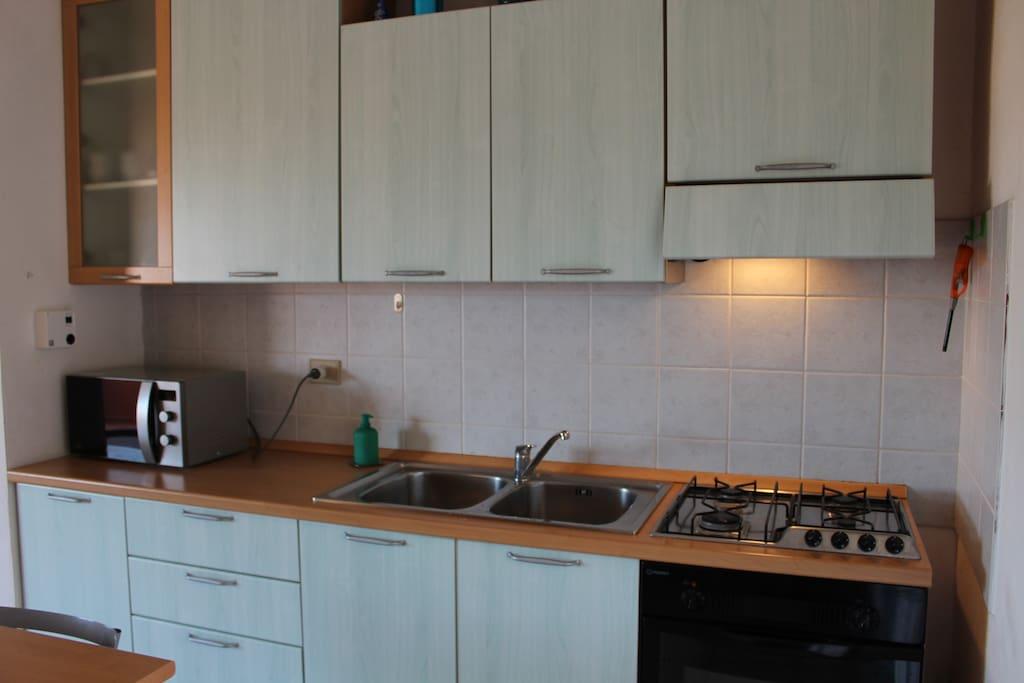 cucina accessoriata di tutto (forno a microonde, forno elettrico, cucina a gas)