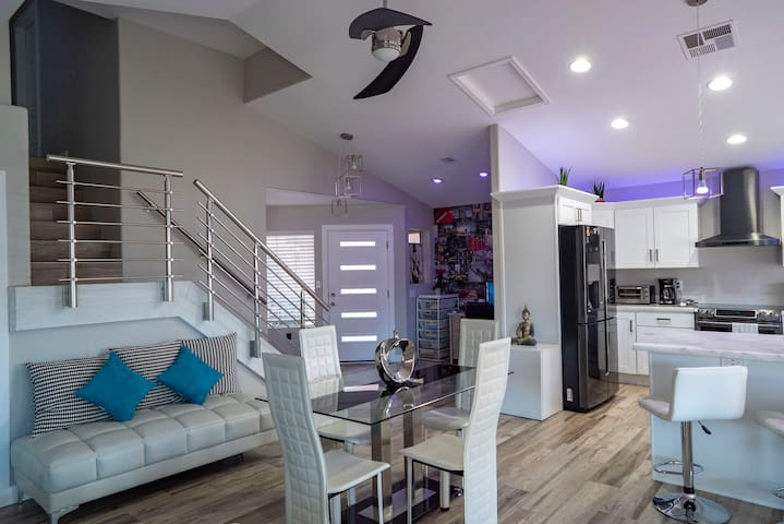 Contemporary room by Downtown Chandler(2nd floor)