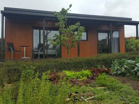 Tranquil farm & garden cottage near Kerikeri.
