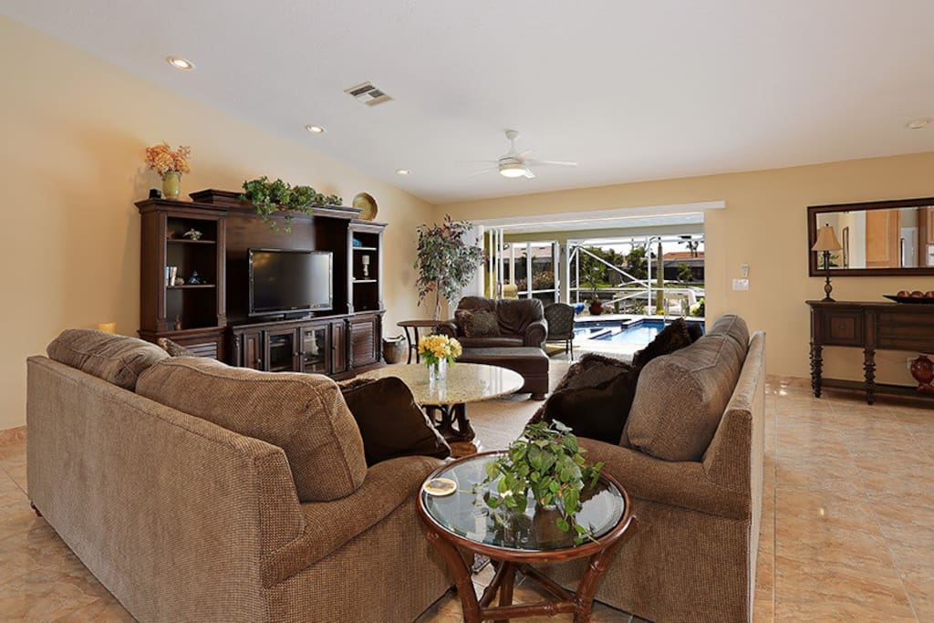 Large great room with big screen HD tv, cable, wifi, stereo, disappearing sliders open to lanai