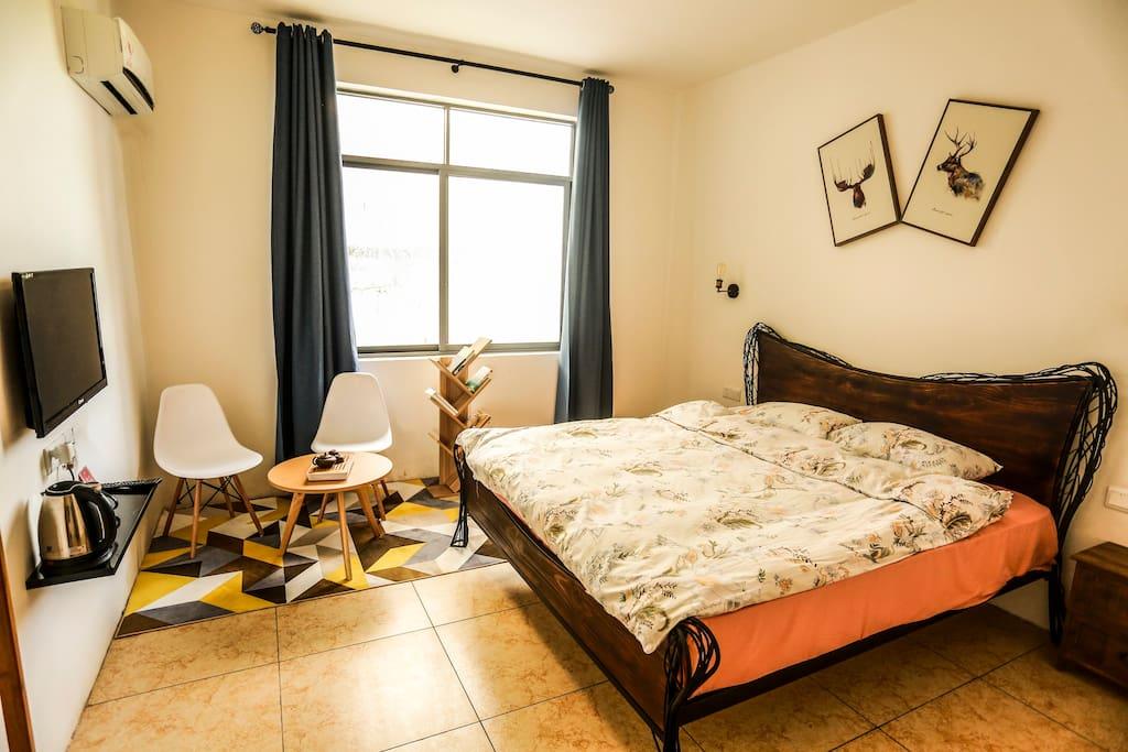 森林大床房实拍,房间不大,也不够高雅,但是足够温暖~请您认真看完~