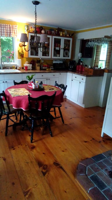 Open eat-in kitchen for four, full size fridge, oven with range top, cable TV access