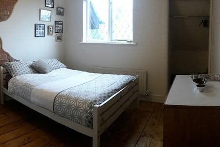 Spacious double room. located 3.5miles from M6&M69 - Bulkington - Hus