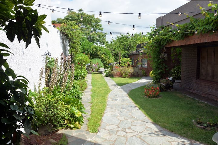 Casa c/amplio jardín, garage y parrilla. Excelente
