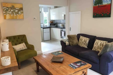 Cosy Cotswold Townhouse; Central Cirencester