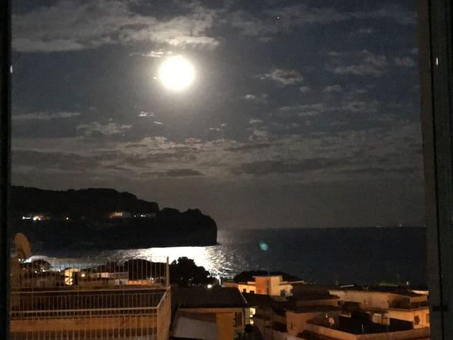 Godersi la luna dal letto......