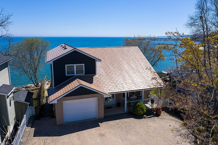 Beautiful Lakefront Home on Georgian Bay / Meaford