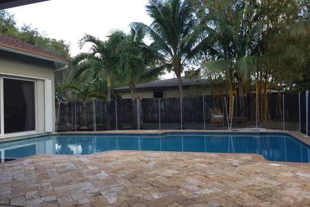 Beautiful home with pool near beach - Boca Raton - House