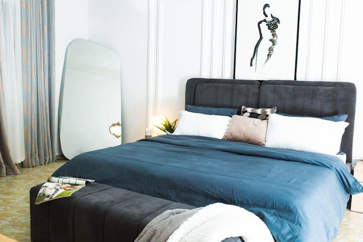 Modern & tastefully decorated Queen's bedroom