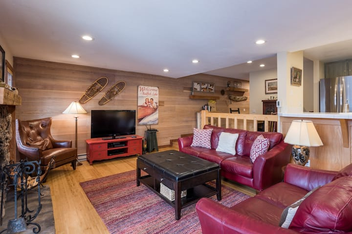 Freshly remodeled, ski-in/ski-out condo w/ a shared pool, hot tub, & clubhouse