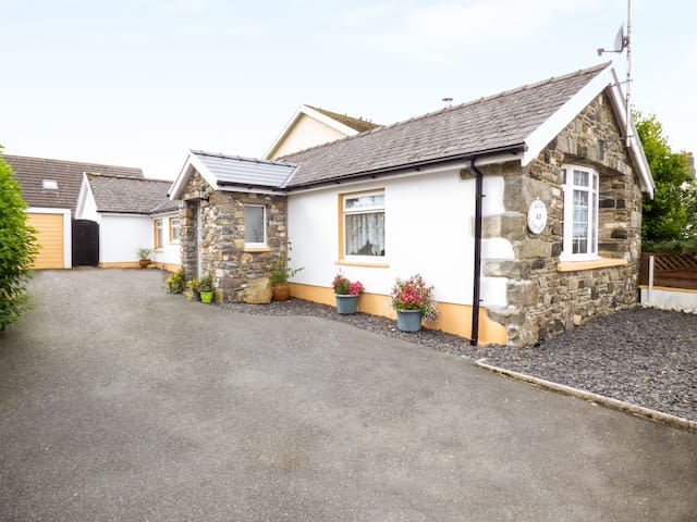 ROCK COTTAGE, family friendly in Letterston, Ref 963741