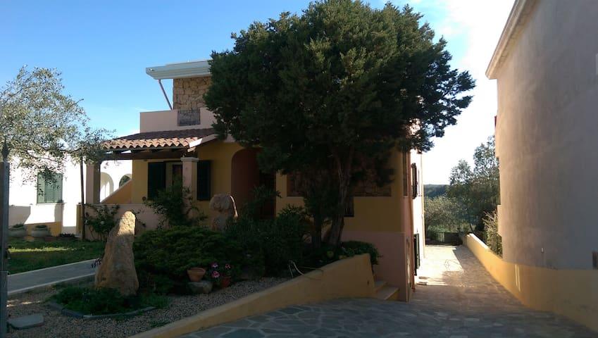 casa panoramica con ampio cortile