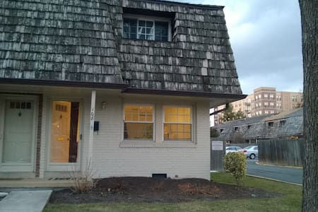 Charming downtown home, near DC - Falls Church - House
