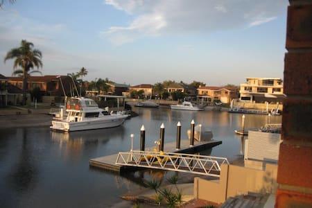 North facing Waterfront Townhouse - Runaway Bay - 连栋住宅
