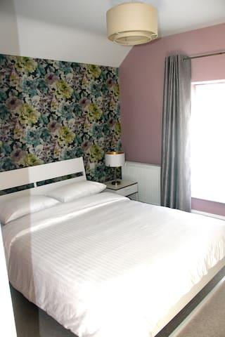 Bedroom Adjacent to Main Bathroom. 5' bed.(150cm)