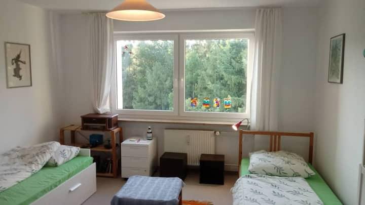 Ruhige, warm-grüne, erholsame Wohnung nahe München