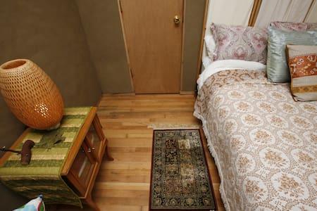 Ecovillage EarthWalls Full-Bed Room - Dormitório