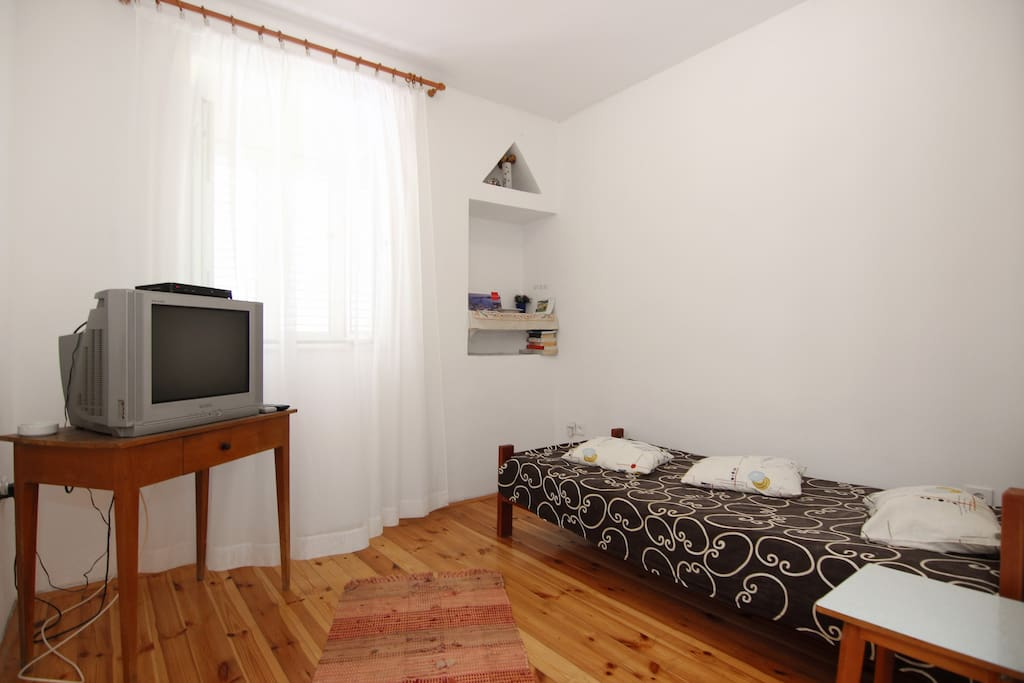 living room (single bed, SATtv)