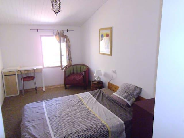chambre privée dans une maison de village